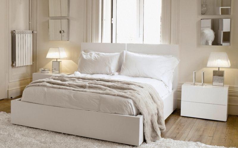 Белая спальня со стенами молочного цвета