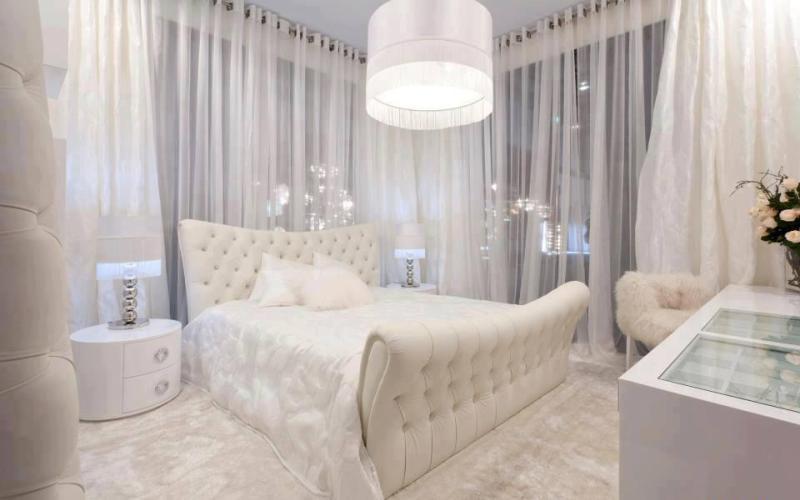 Шикарная белая спальня с оригинальной мебелью