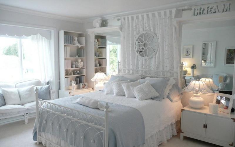 Белая спальня в стиле прованс с акцентом на текстиле