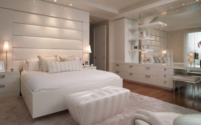 Белая спальня с приглушенным светом