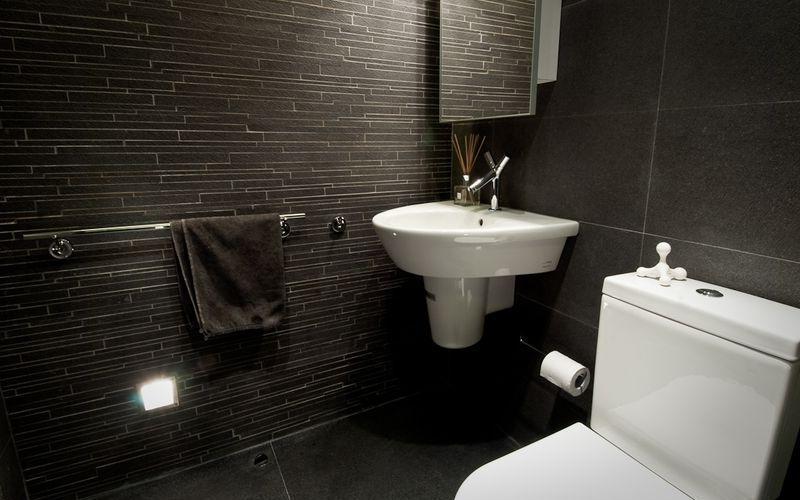 Черная ванная с белой керамикой