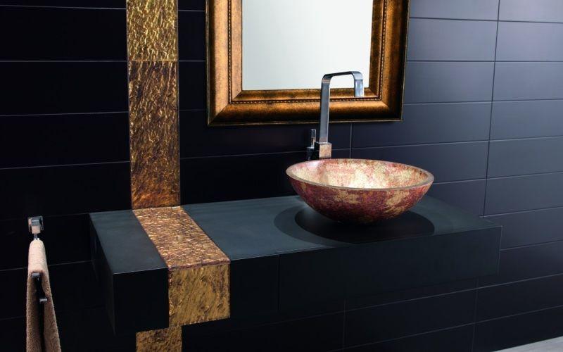 Черная ванная с золотистыми вставками
