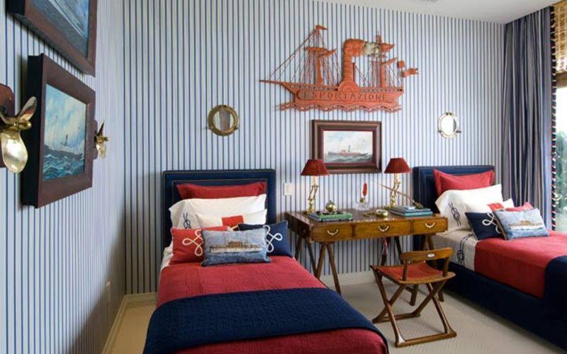 Круглые зеркала-илюминаторы над кроватями - еще одна деталь морского интерьера