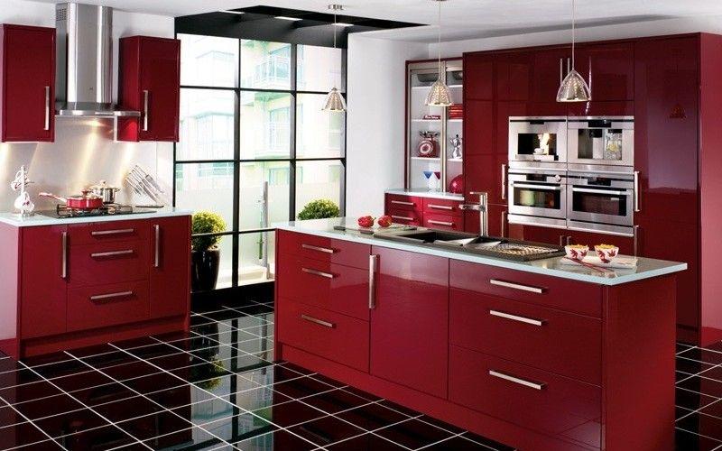 Кухня с красными фасадами и акцентным черным полом