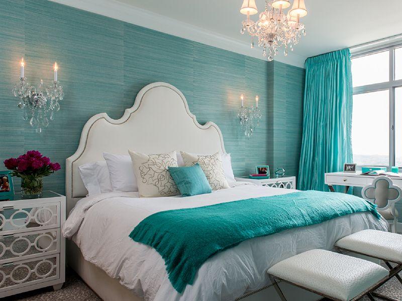 Спальня в бирюзовых тонах с акцентом на кровать