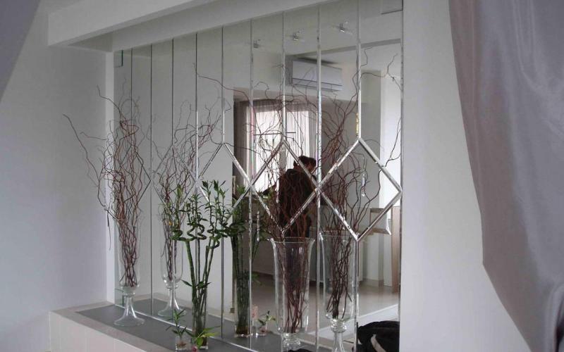 Из зеркальных плиток можно выложить узор или орнамент