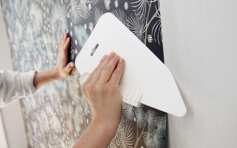 Используйте пластиковый шпатель, чтобы выгнать пузырьки воздуха
