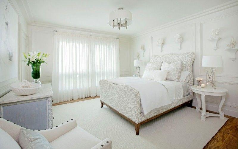 Белая спальня с акцентом на кровати