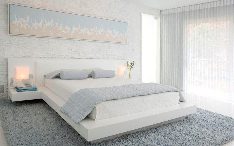 Белая спальня с кирпичной стеной
