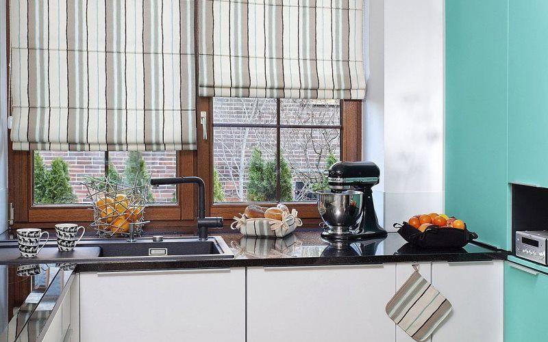 Полосатые римские шторы на кухне