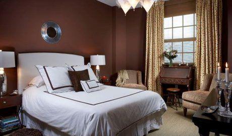 Выбор штор в комнату с коричневыми стенами