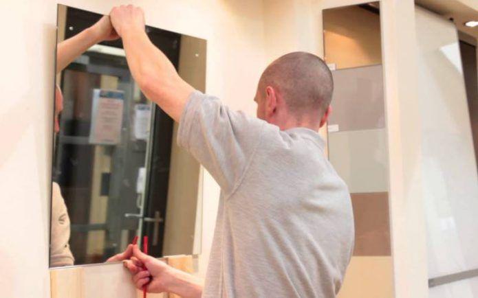 Как повесить зеркало без рамы на стену — чем приклеить, пошаговая инструкция