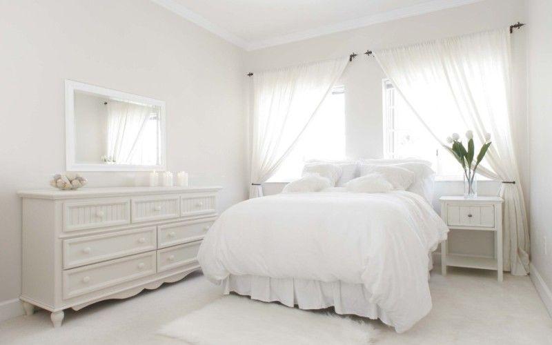 Белая спальня с минимальным набором мебели