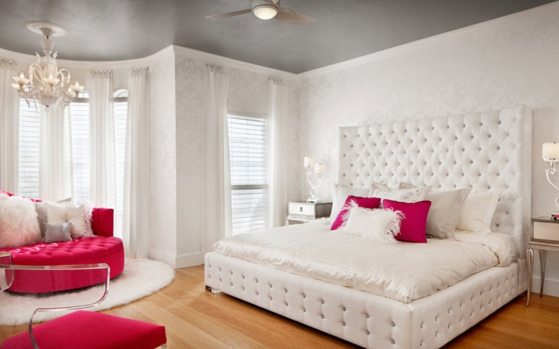 Белая спальня с цветными акцентами