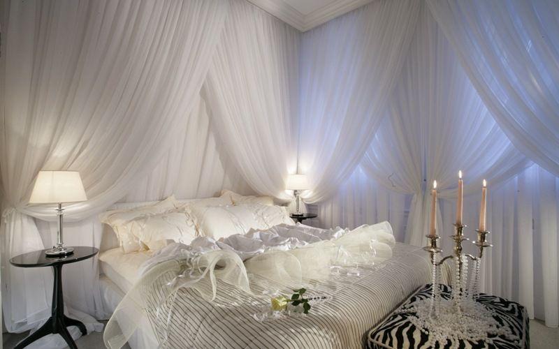 Белая спальня с акцентом на тумбах и пуфе
