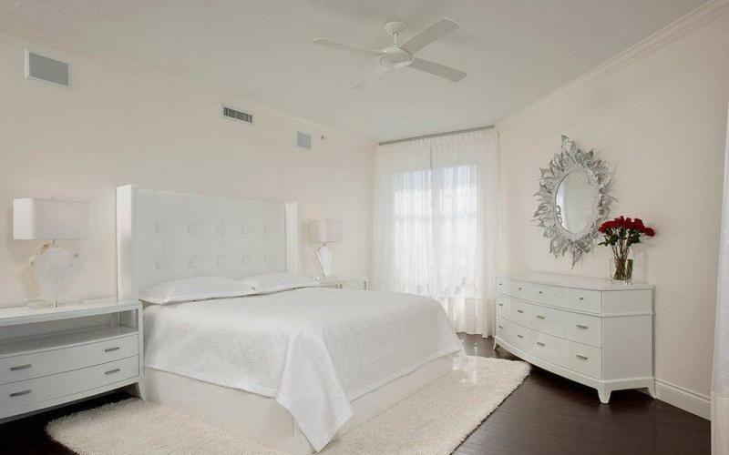 Белая спальня в минималистичном стиле