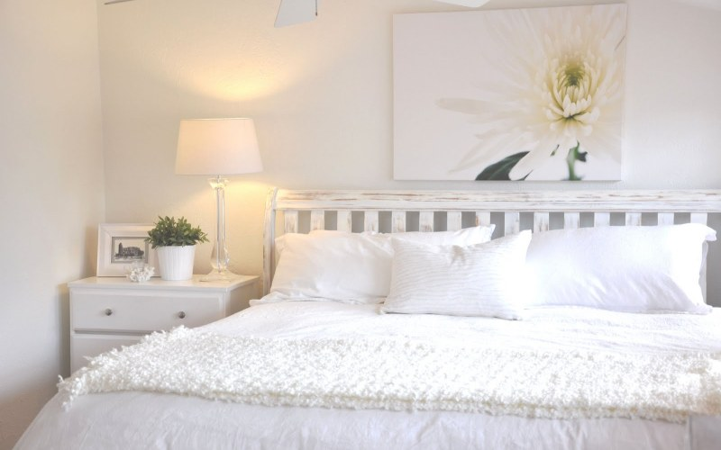 Деревенский стиль в белой спальне