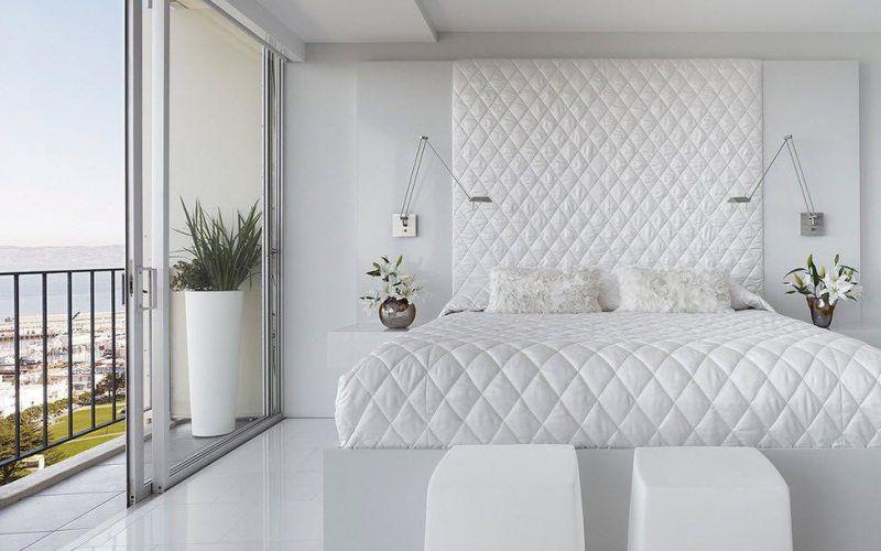 Белая спальня с видом на океан