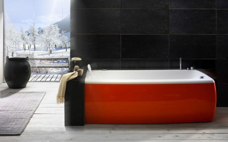 Черная ванная комната с красной ванной