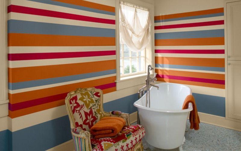 Полоски могут быть даже на стенах в ванной