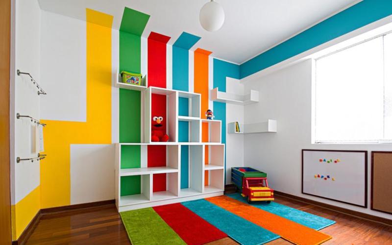 Неодинаковые полосы на стенах, переходящие на потолок