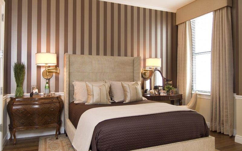 Полоска на стене в спальне, гармонирующая с текстилем и мебелью, фото интерьера