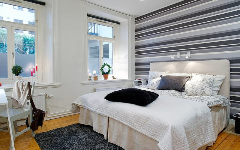 Контрастные узкие полосы в спальне на одной стене