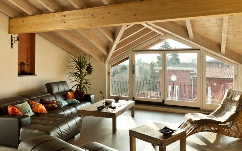 Деревянный потолок на мансарде