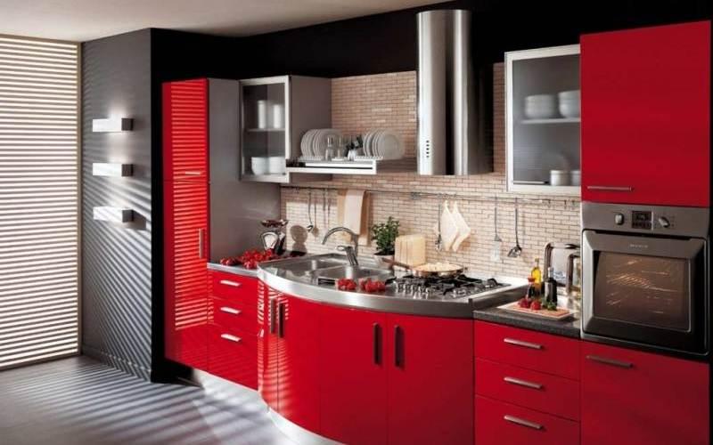 Кухня с красно-черными фасадами