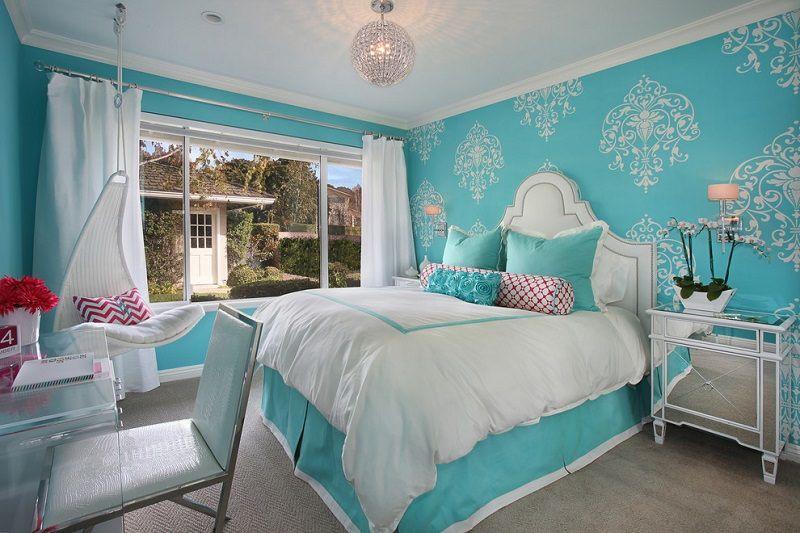 Спальня в бирюзовых тонах с сочетанием белого