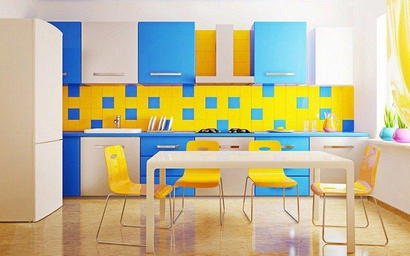 Желтая кухня в сочетании с ярким голубым