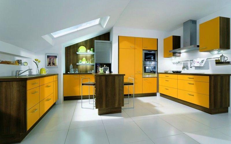 Солнечные желтые фасады в сочетании с темным деревом