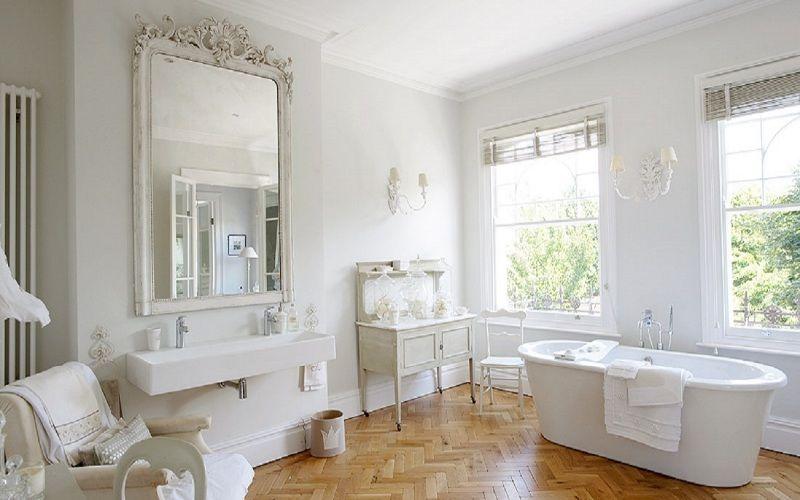 Белая ванная комната в классическом стиле, фото