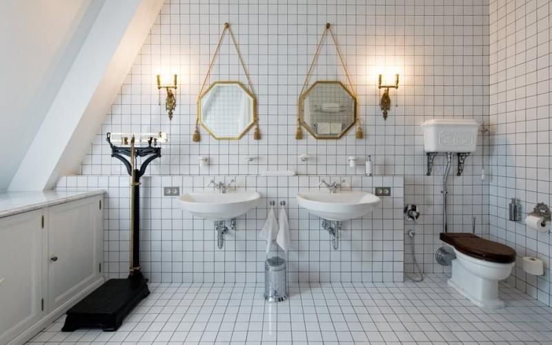 Белая ванная комната с выделенными контрастными швами, фото