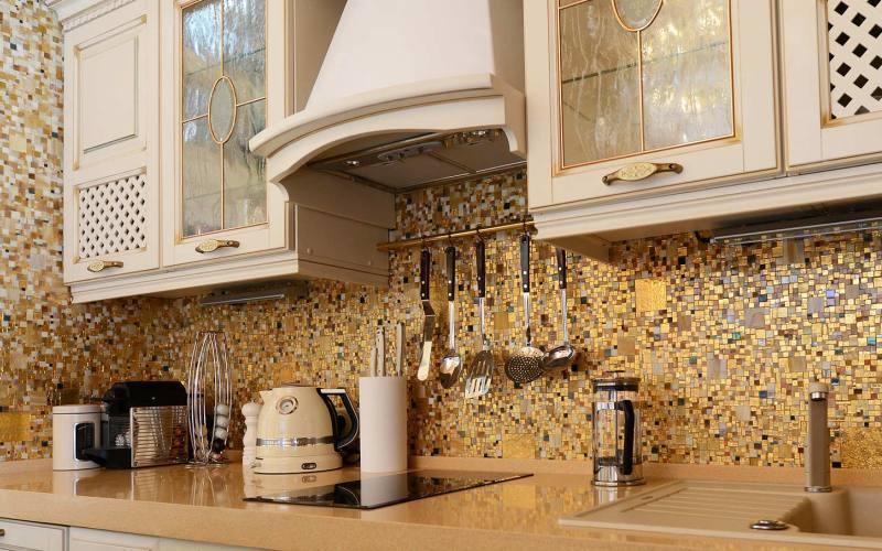 Мозаика разных размеров на кухне