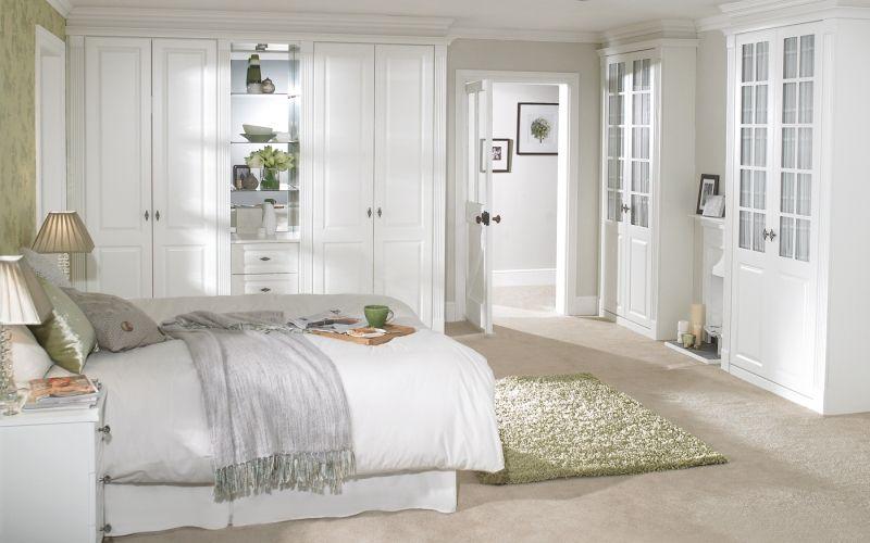 Спальня в белых тонах. Стена у изголовья кровати - акцентная