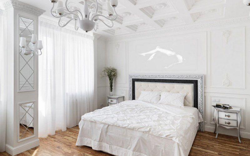 Белая спальня с акцентом на потолке