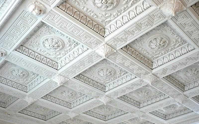 Как и чем клеить потолочную плитку