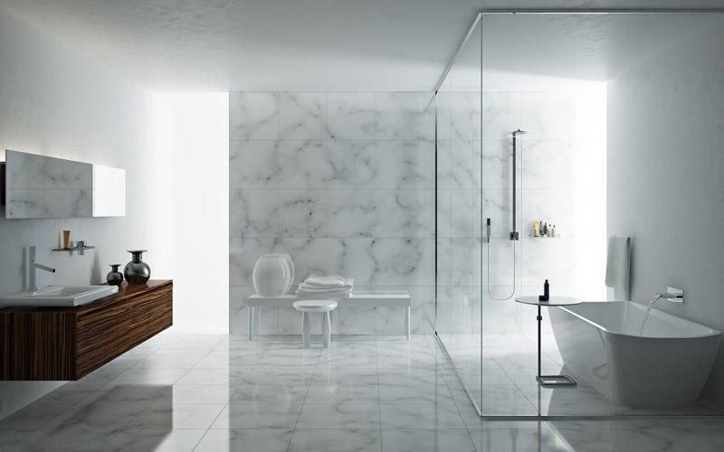 Мраморный пол и стены в ванной