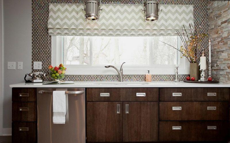 Прямые римские шторы на кухне, рисунок - шеврон