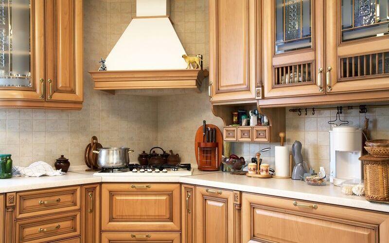 Варочная панель в углу кухни
