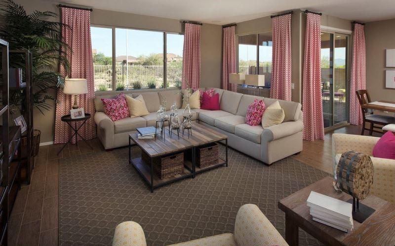 Выбор штор в гостиную с коричневыми стенами
