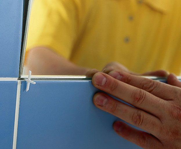 Как повесить зеркало между керамической плиткой