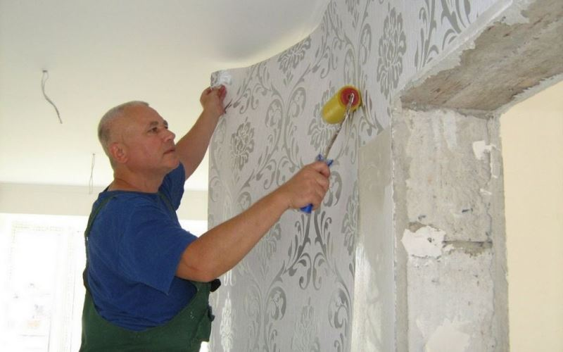Как подготовить стены к поклейке обоев — пошаговая инструкция