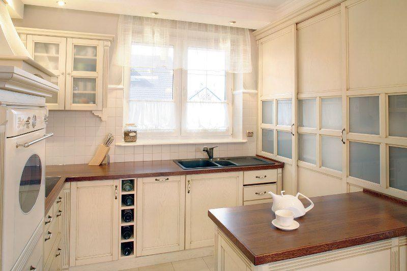 Кухня с мойкой у окна