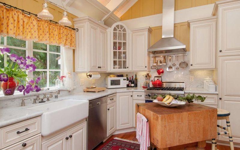 Дизайн мойки у окна на кухне