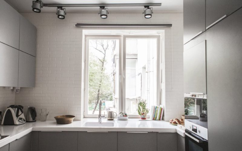 Мойка на кухне под одним окном