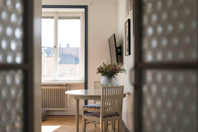 Дизайн однушки 32 метра: светлый скандинавский интерьер с одним окном