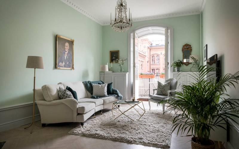 Мятный интрерьер в квартире с высокими потолками