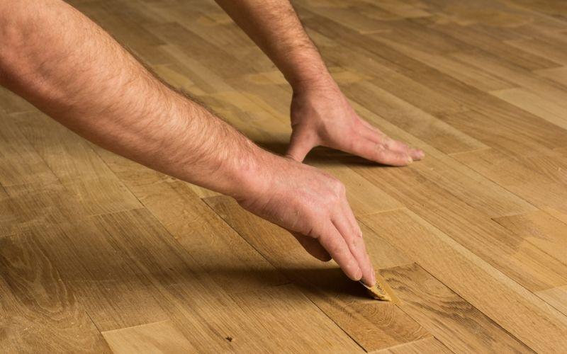 Чем заделать щели в деревянном полу: все способы и материалы